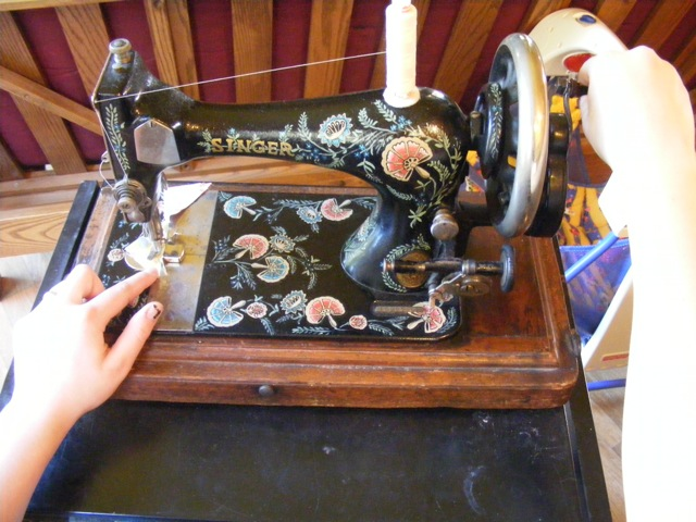 How To Use A Hand Crank Sewing Machine Sewing With Treadles Interesting Singer Hand Crank Sewing Machine